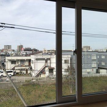 窓をのぞくと目の前には小川が流れてます