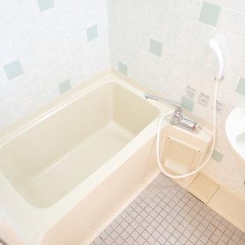 お風呂がかわいらしい。洗面台も兼ねてます。