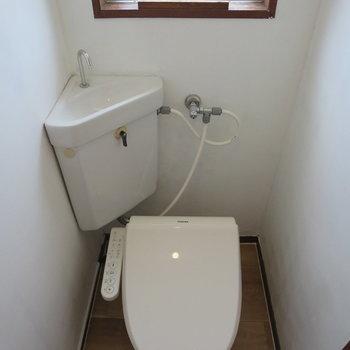 トイレには小窓がついていますよ!※写真は3階同間取り別部屋のものです