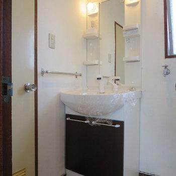 洗面台、清潔感がありますね※写真は3階同間取り別部屋のものです