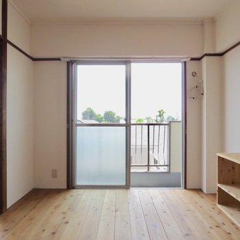 【バルコニー側洋室】日当たりもいい感じ〜※写真は3階同間取り別部屋のものです