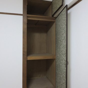 【玄関側洋室】こちらの収納はちいさめです、生活用品を入れるのもいいかな※写真は3階同間取り別部屋のものです