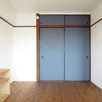 【バルコニー側洋室】収納扉もネイビー、統一感がありますね※写真は3階同間取り別部屋のものです