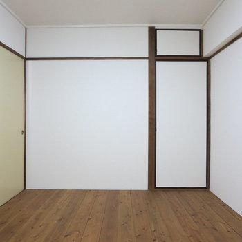 【玄関側洋室】こちらは白×無垢でシンプルな感じ※写真は3階同間取り別部屋のものです