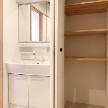 洗面台の隣の収納にはタオルや下着を置いておこう。