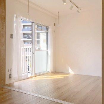 洋室は4.1帖。窓際には物干しツールもついています。