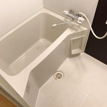 お風呂はサーモ水栓で温度調整ラクラクです。