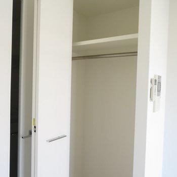 小さめのクローゼット※写真は同間取り別部屋のものです