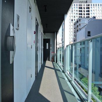 カラーアクリルの共用廊下