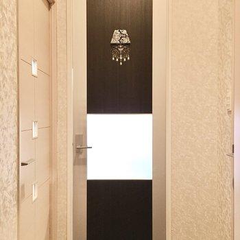 扉にはゴージャスなシャンデリアマーク。