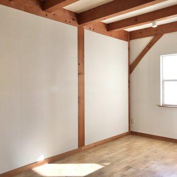 むき出しになった梁と高い天井で、開放感のある空間です。