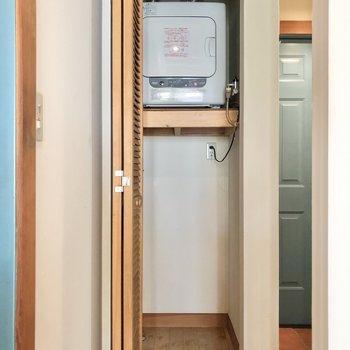 洗濯機置き場は扉の中に。上部には乾燥機!