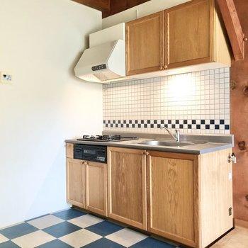 キッチンは少し凹んだスペースに。木目調で統一されていて壁面のタイルも可愛いです。
