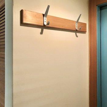 玄関横にはコート掛けがあります。多目的に使えそうです。