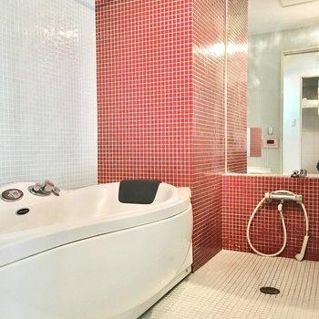 お部屋から見えていたのはお風呂でした!※写真は2階同間取り・別部屋のものです。