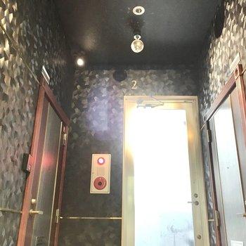 共用部】ミラーボールが回るディスコフロア。※写真は2階同間取り・別部屋のものです。