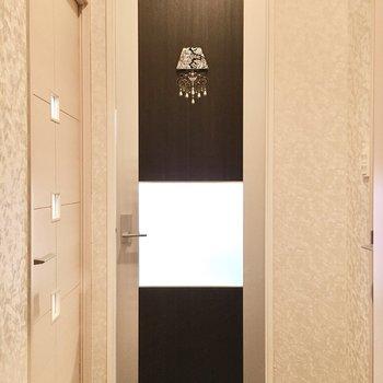 扉にはゴージャスなシャンデリアマーク。※写真は2階同間取り・別部屋のものです。