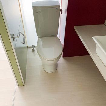 左側にトイレがあります。