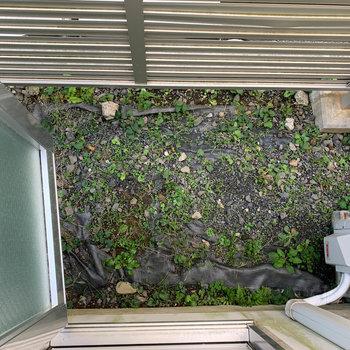 下を向くと室外機置き場です。この扉は、換気用には使えるかな。といった感じです。