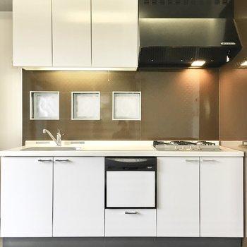 真っ白なキッチンは食洗機つき!※写真は2階同間取り・別部屋のものです。