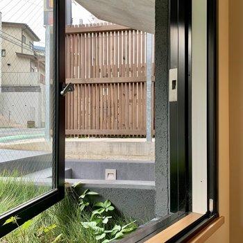 【1F】窓は階段上のところにあるので、少し開けにくいかも