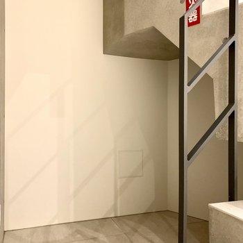 【地下1F】階段後ろに掃除機などが置けますね