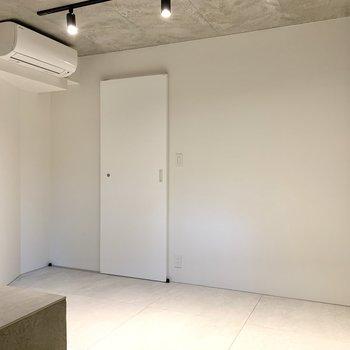 【地下1F】白基調で明るい印象