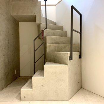 【地下1F】階段はコンクリートでかっこいい