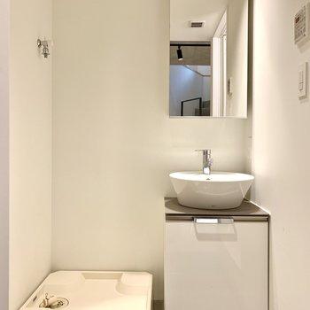【地下1F】洗濯機置場と洗面台は向かい合っています