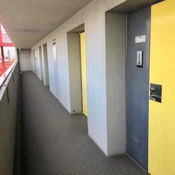 共用部】黄色の扉がアクセント。