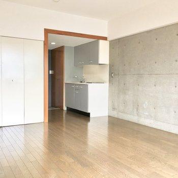 コンクリート打ちっぱなしの壁がかっこいい◎※写真は8階同間取り・別部屋のものです。