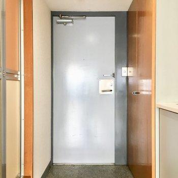 玄関はスタイリッシュ。※写真は8階同間取り・別部屋のものです。
