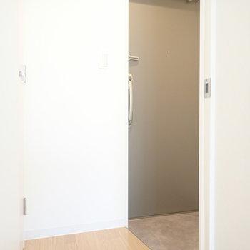 玄関へ…。