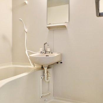 シャワーヘッドは浴室側にあります。