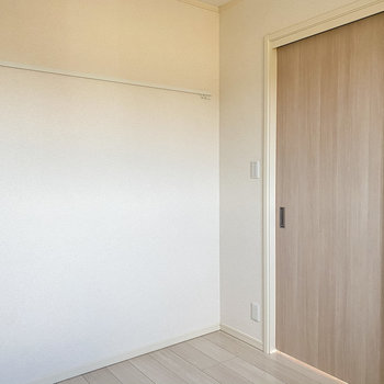 【洋室3.8帖】こちらの壁にはピクチャーレールが!何を飾ろう。