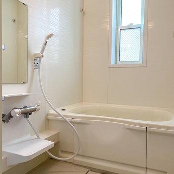 そしてバスルームにも窓が…!浴室乾燥機もついています。
