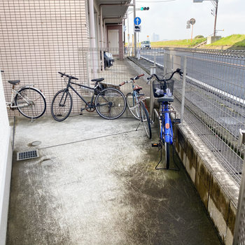 駐輪場はエントランスのお隣に。