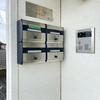 オートロックの隣にメールボックスがあります。