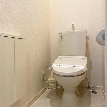 温水便座付きのトイレは清潔感がありますね。