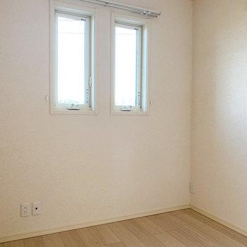 【洋室3.8帖】こちらは寝室に。