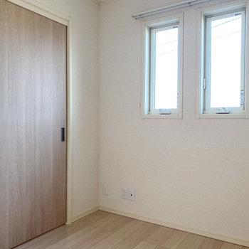 【洋室3.8帖】窓から柔らかな光が差し込みます。