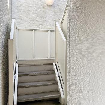 エントランスを抜けると階段が。