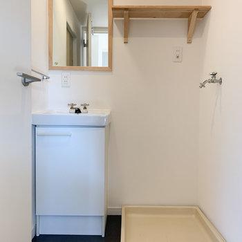 可愛い鏡が付いた洗面台と隣に洗濯機置き場。
