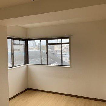 【工事前】玄関側の居室にもたっぷり窓!角にすっぽりシングルベットがハマりますよ。