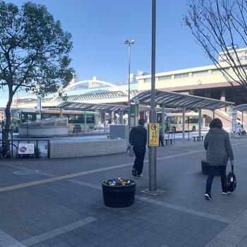 駅前も広がっています。バス停もすぐそばに。