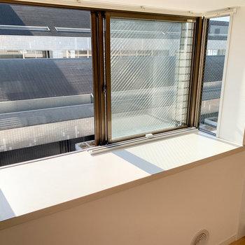 【14.5J】キッチン前の出窓には好きなものを置いたり。