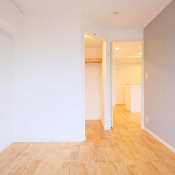 リビング横の居室にはウォクインクローゼットがきますよ!※写真は似た間取りの別部屋です