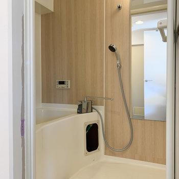 浴室にもクロスが付いてます。