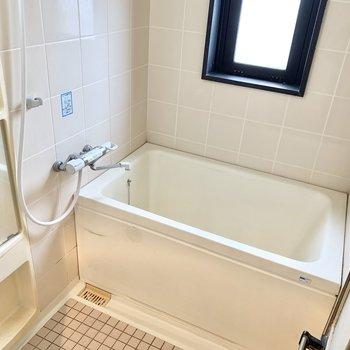 お風呂は小窓付き。換気もしっかりできます◎