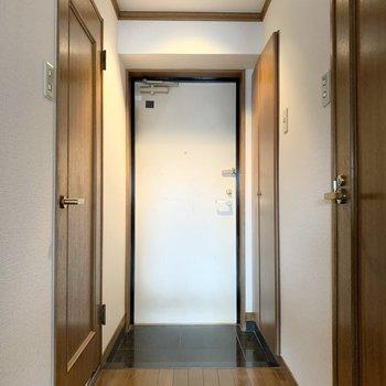玄関はシンプル。靴は何足か出しておけます◎
